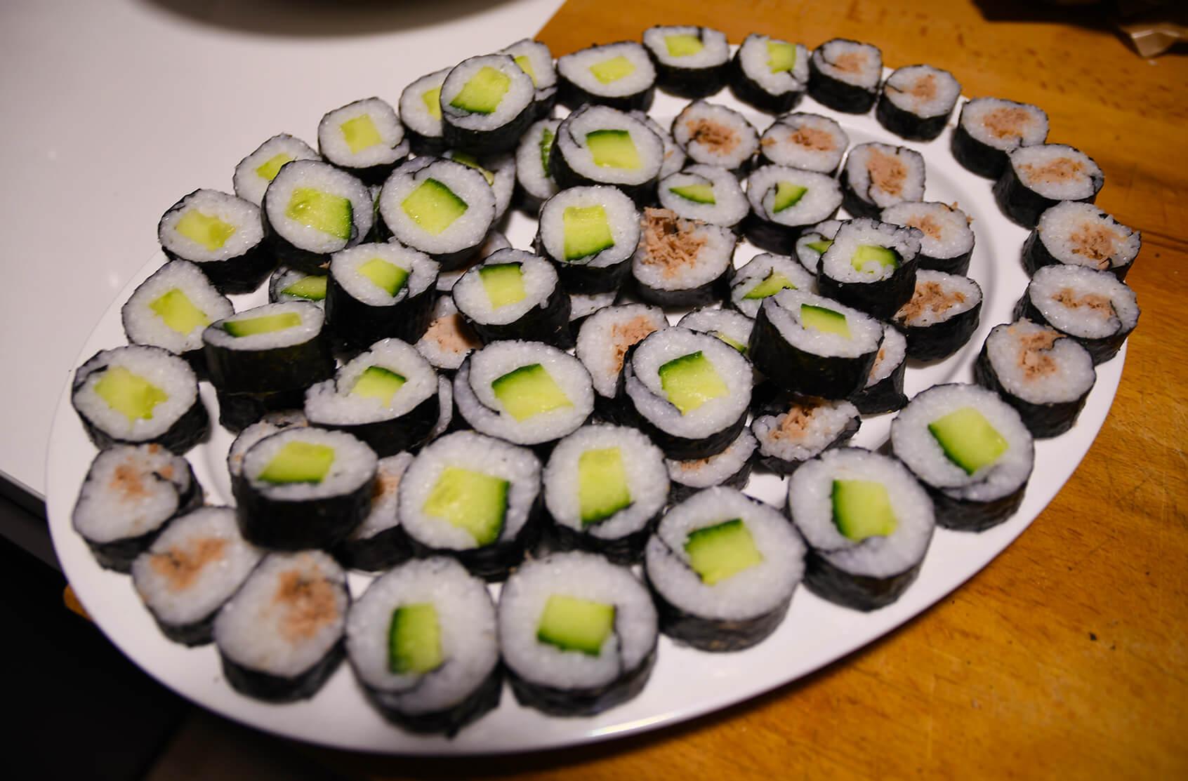 Fitnessessen Sushi mit Gurke, Avocado und Thunfisch.