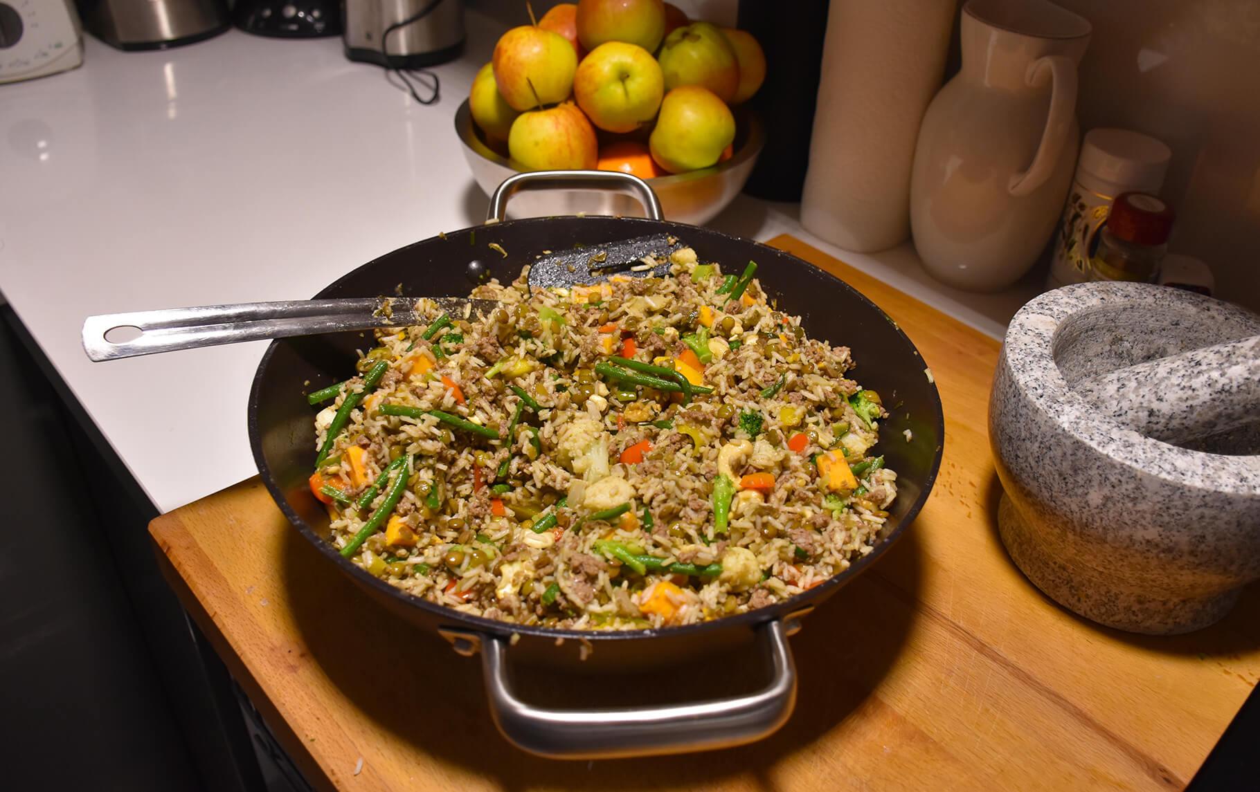 Fitnessessen Reispfanne mit Hühnchen.