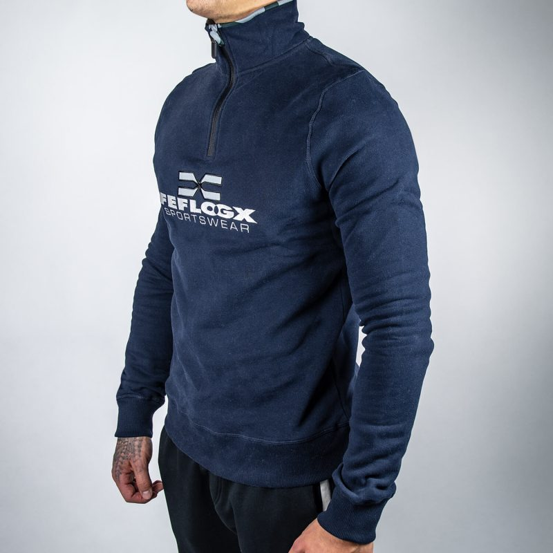 FEFLOGX Sportswear 1/4-Zip-Sweater, schräg Links.