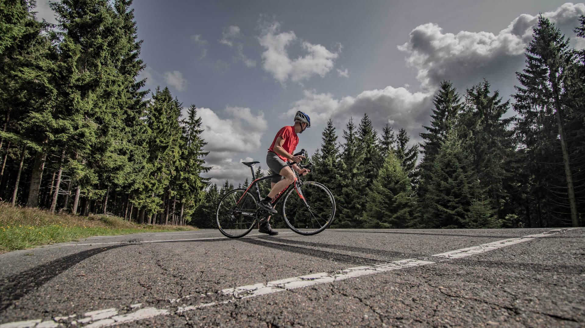 FEFLOGX Sportswear Mesh-Shirt und Tight-Shorts beim Fahrrad fahren im Taunus.