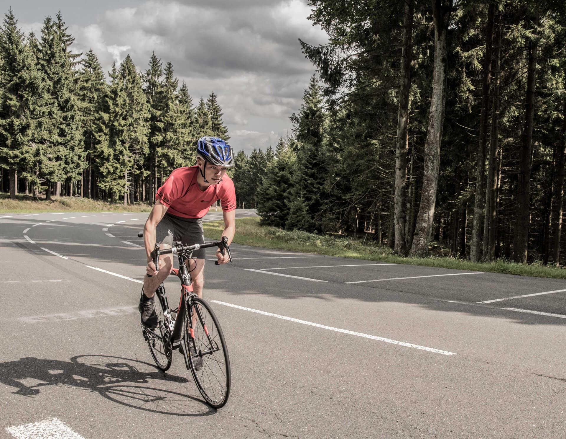 FEFLOGX Sportswear Mesh-Shirt und Tight-Shorts beim Fahrrad fahren im Taunus, großer Feldberg.