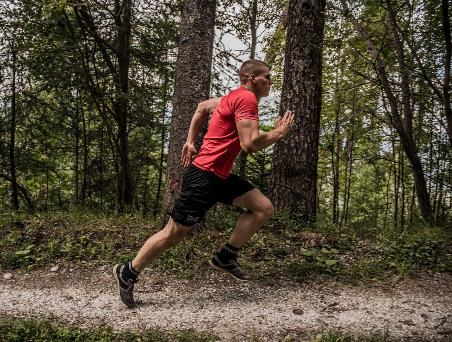 FEFLOGX Sportswear Funktionsshirt Mesh und Allrounder Shorts, Sprint Training in den Bergen.