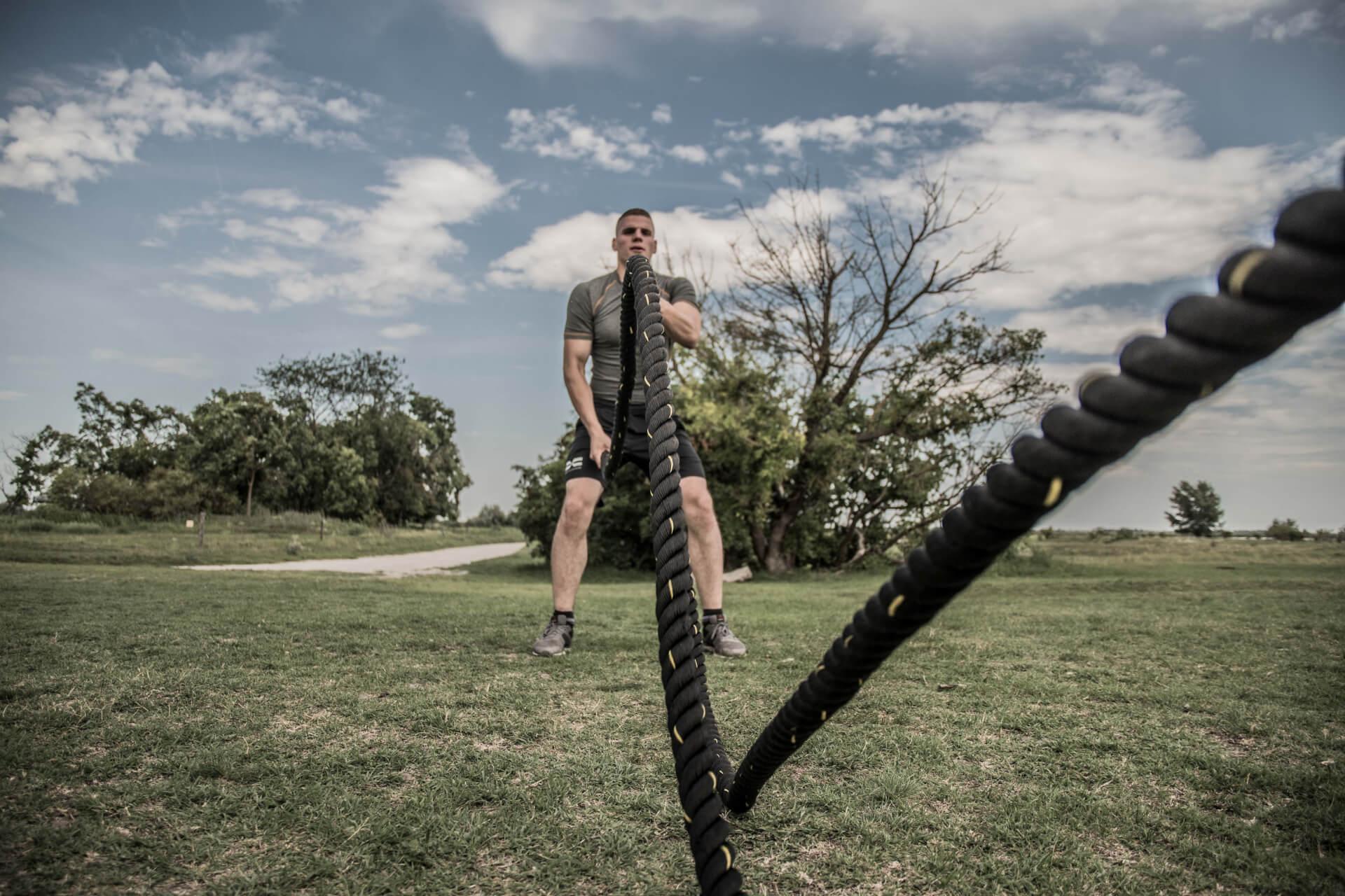 FEFLOGX Sportswear Rashguard Compression und Allrounder Shorts, Battle-Rope Training am Neusiedler See.