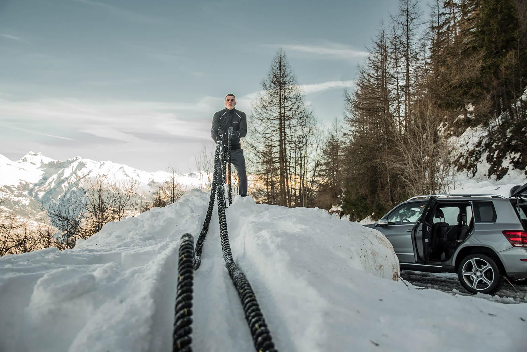 FEFLOGX Sportswear Longsleeve Pure beim Battle-Rope Workout im Schnee in der Schweiz.