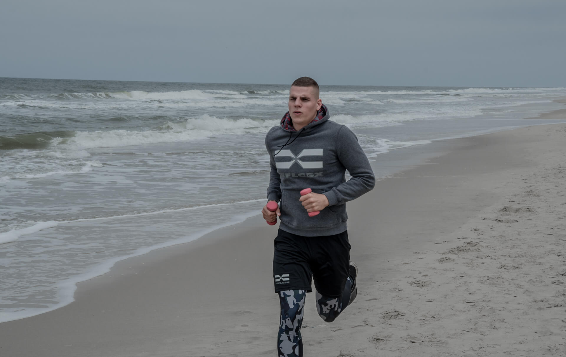 FEFLOGX Sportswear After-Train-Hoodie, Leggings Camouflage, Allrounder Shorts beim Jogging am Strand in Sylt.