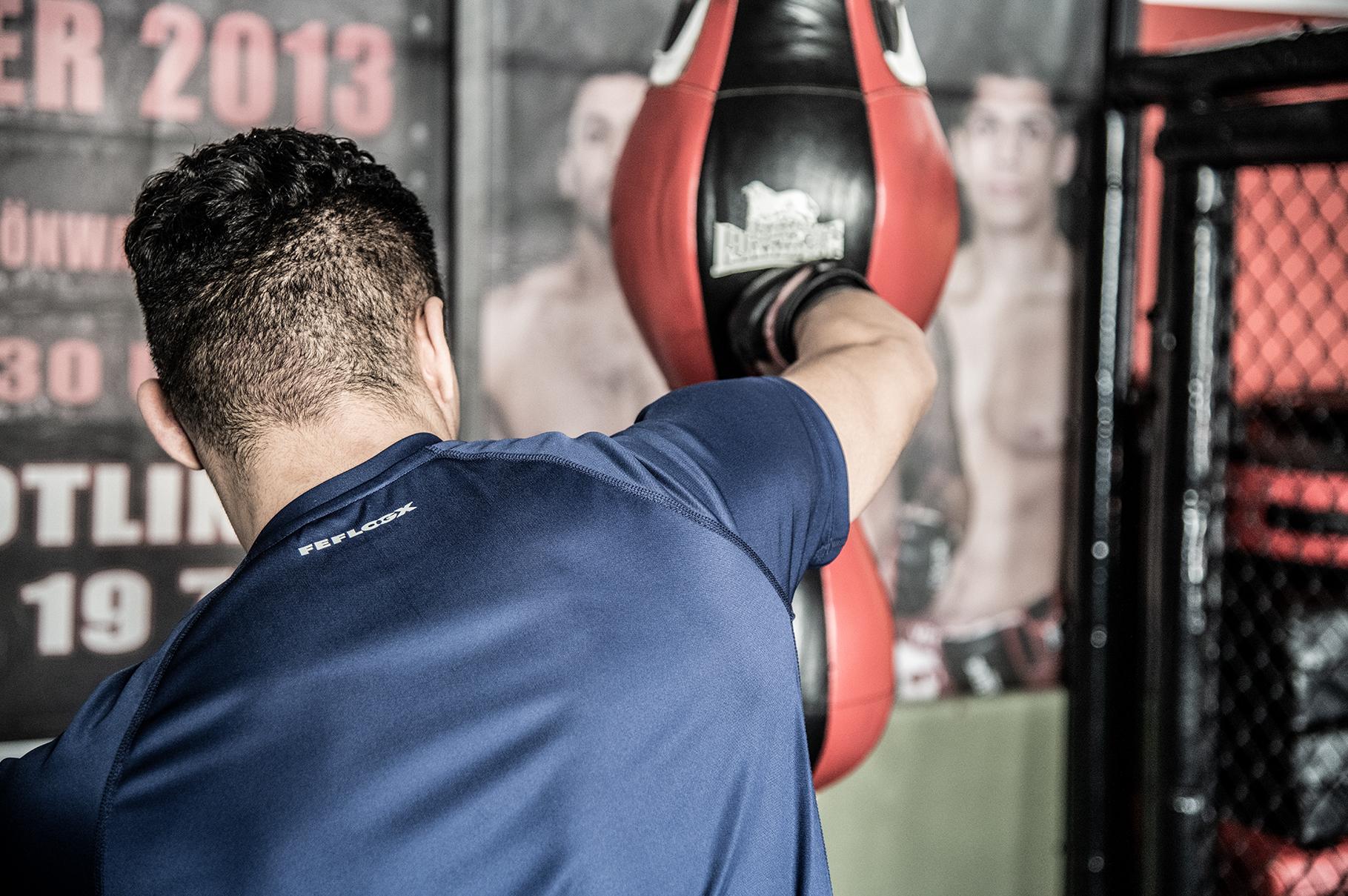Kampfsport-Training mit MMA-Fighter und FEFLOGX Sportswear Athlete Soufian Haj Haddou aus dem Pride Gym, Funktionsshirt Pure.